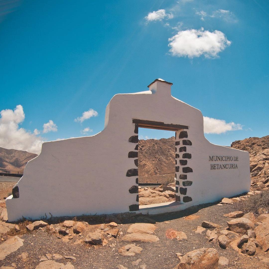 Gerade Fuerteventuras Inland bietet Urlaubern rund um das bunte Zentrum Betancuria historische Gebäude, Kirchen und sehenswerte Plätze. Fuerteventura Urlauber sollten sich die alte Inselhauptstadt nicht entgehen lassen.