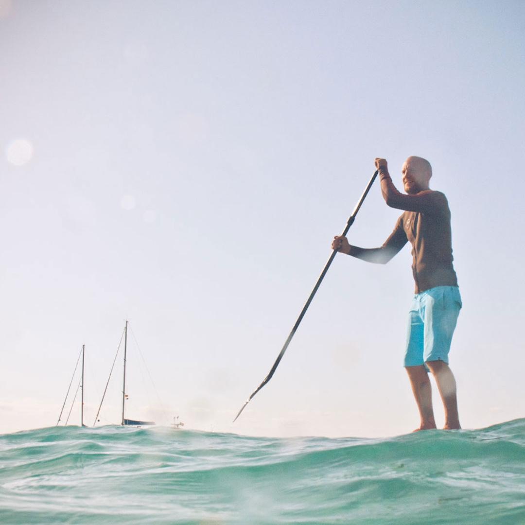 Stand Up Paddler aufgepasst: Die Westseite der Insel ist wild, die Ostseite bietet gänzlich andere Bedingungen. Wer gerade anfängt findet hier sehr gute Bedingungen, bevor er sich in die größeren Wellen der Westküste stürzt.