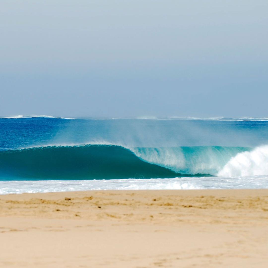 Fuerteventura bietet optimale Wind- und Wellenbedingungen, um Wassersportarten auszuprobieren. Von Surfen über Stand Up Paddeln können Sie im Süden Fuerteventuras alle Brettsportarten erlernen.