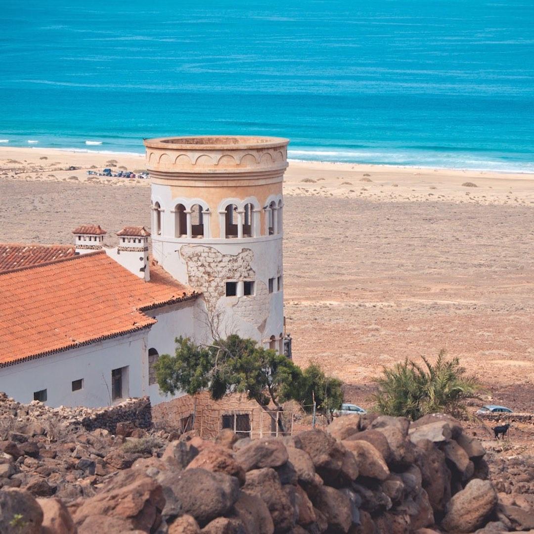 Um die Gustav Winters Villa im Süden von Fuerteventura oberhalb des verlassenen Strandes von Cofete ranken sich viele Legenden und Geheimnisse. U-Boot-Bunker, Nazi-Gold oder andere schrullige Erklärungen machen die Villa Winter zu einem beliebten Ausflugsziel auf Fuerteventura.