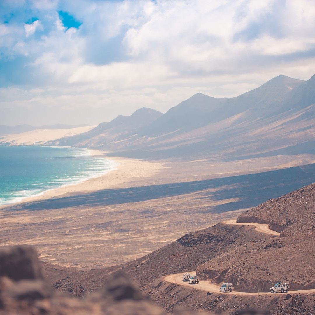 Fuerteventuras Landschaft gleicht einer Wüste mit spärlicher Vegetation, aber die endlosen Sanddünen und die weißen Sandstrände machen die Insel so attraktiv.