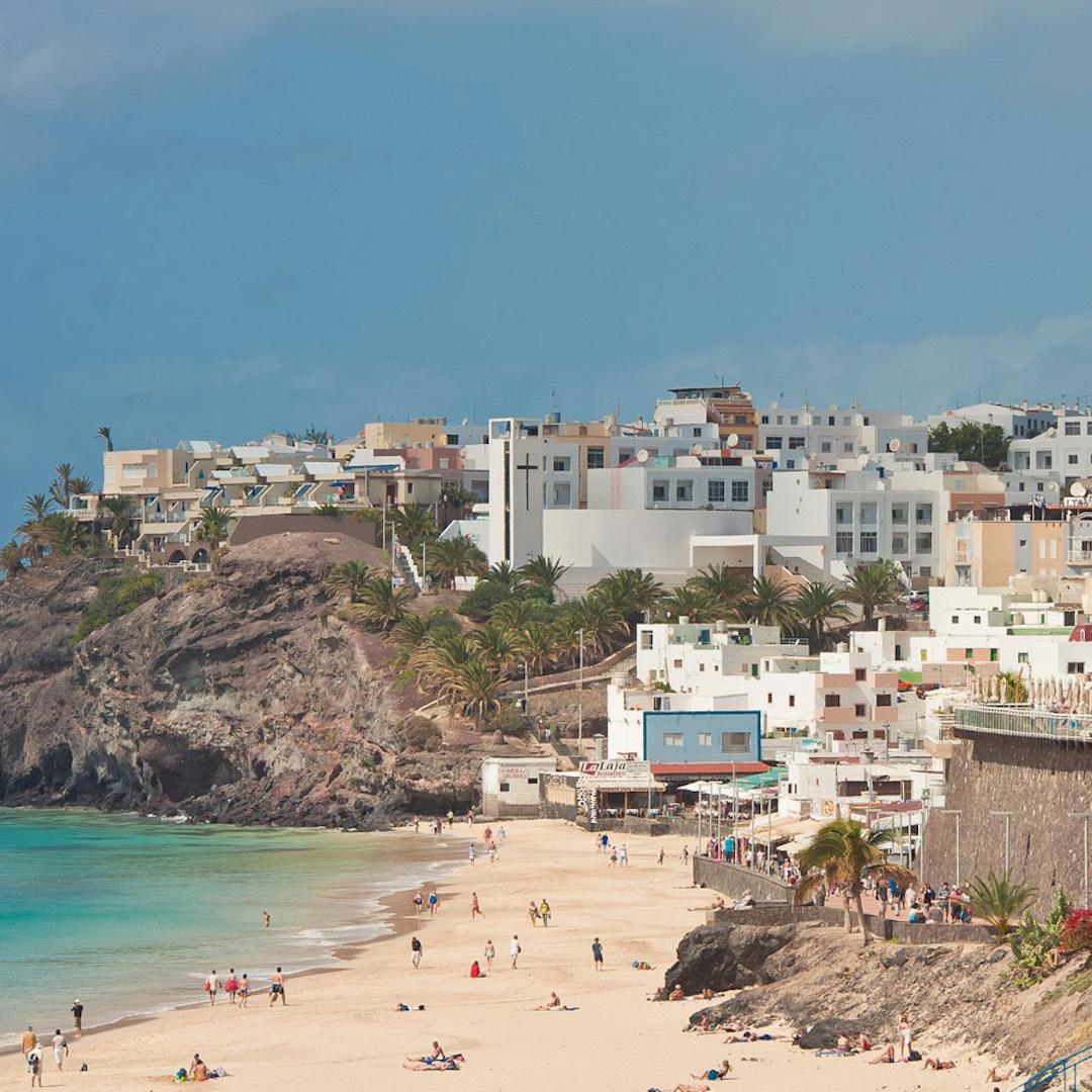 Morro Jable ist ein perfekter Familien Urlaubsort. Fuerteventura Urlauber lieben die kleinen Cafés und Restaurants an der Promenade. Im Hafenbecken tummeln sich Rochen. Von Morro Jable aus können Fuerteventura Urlauber mit der Fähre die Nachbarinsel Gran Canaria besuchen.