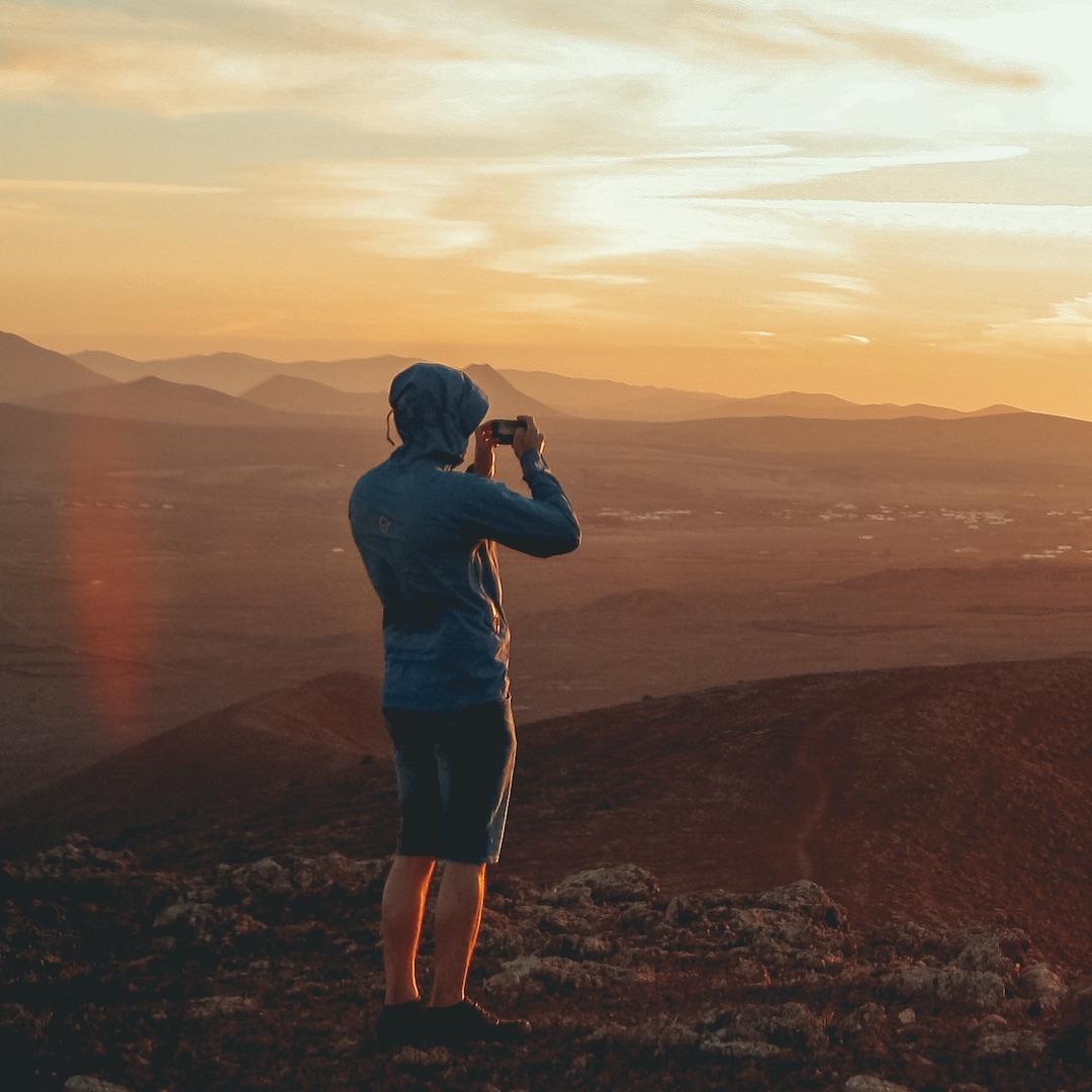 Fuerteventura bietet vom Naturschutzgebiet Lobos im Norden der Insel, über die weißen Dünen von Corralejo und der endlosen Küstenstraße, bis hin zum verlassenen Süden mit seinem wilden Kap und der Villa Winter viele Sehenswürdigkeiten.