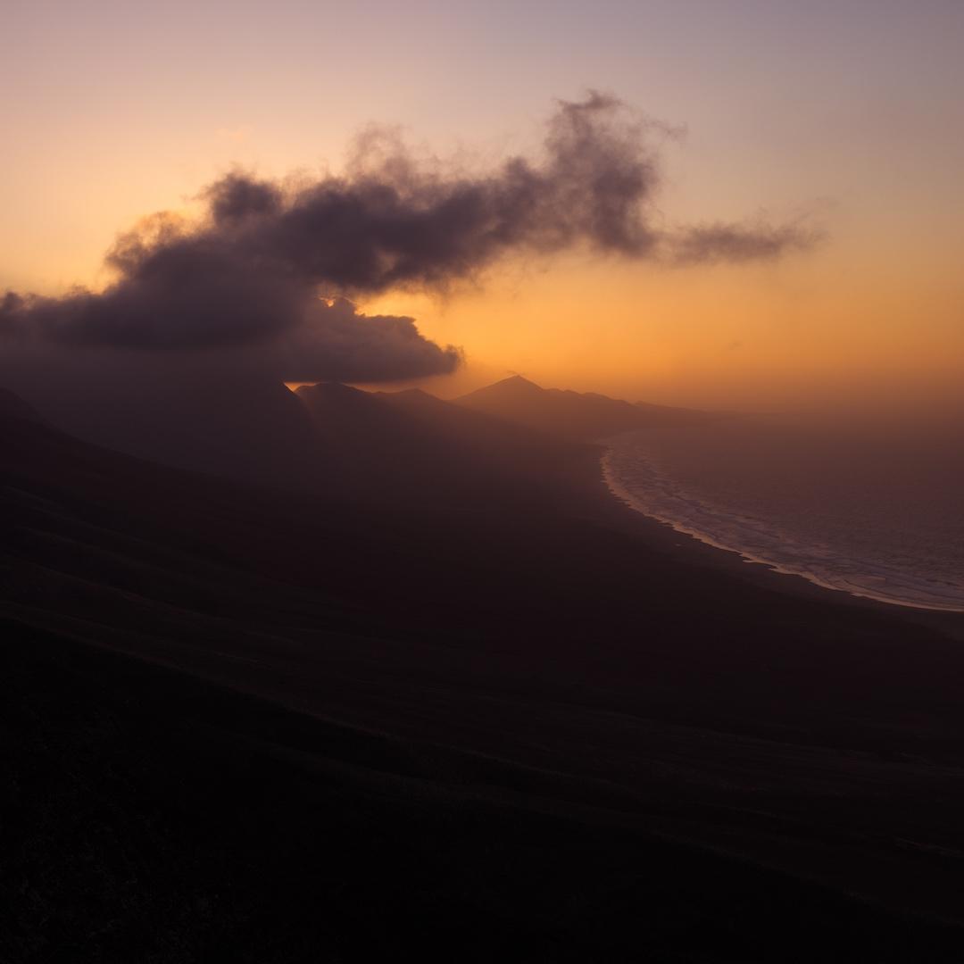 Fuerteventura ist eine der ältesten Kanarischen Inseln und entstand vor rund 22 Millionen Jahren buchstäblich aus dem Nichts. Fuerteventura liegt 120 Kilometer westlich von Marokko.