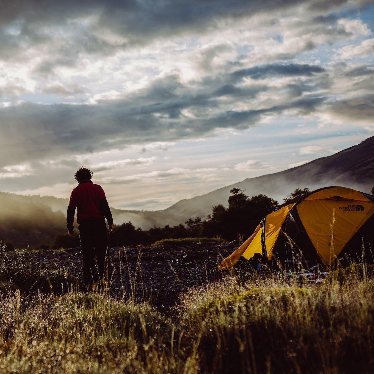 Zeltplätze sind auf Teneriffa rar. Wer aber ein wenig Geduld hat, kann sich die Genehmigung holen, mitten in den Bergen umsonst zu campen.