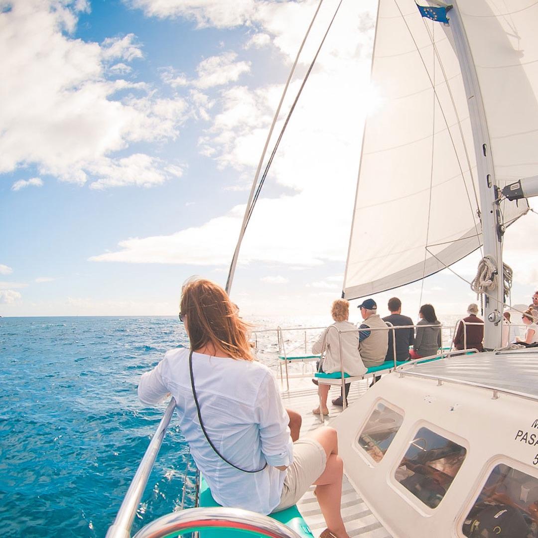 Fuerteventura ist nicht so windig wie Kapstadt im Sommer oder Tel Aviv im Winter. Trotzdem kann der Wind zwischen Juni und September ganz schön stark werden. Schuld daran ist der Passatwind - ein starker Wind aus dem Nordwesten, der sich insbesondere in den Sommermonaten an Fahrt aufnimmt.
