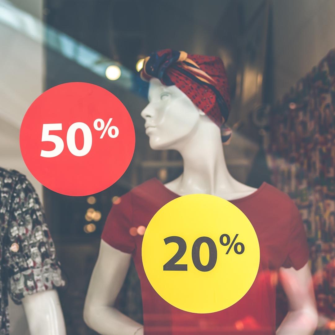 Die geringe Mehrwertsteuer und die niedrigen Steuern machen Fuerteventura zum Shoppen interessant. In den Touristenzentren Fuerteventuras gibt es von Einkaufsstraßen über Shopping-Center alles was das Urlauber Herz begehrt.