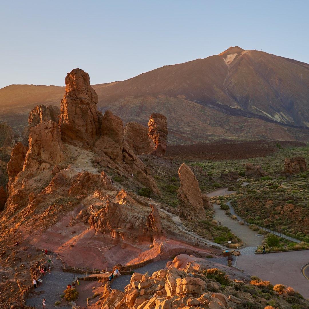 Teneriffa ist die größte Insel der Kanarischen Inseln und bietet über den knapp 4.000 Meter hohen Vulkan Pico del Teide hinaus atemberaubende Sehenswürdigkeiten.