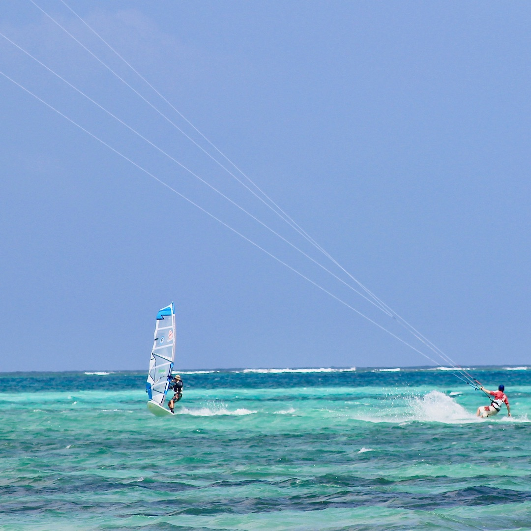 Die Lagune von Sotavento auf Fuerteventura gehört dank des ganzjährig kräftigen Windes und dem stehtiefen Wasser zu den besten Spots der Welt, um Windsurfen zu lernen.