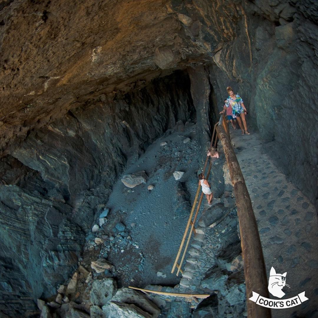 Die Höhlen von Ajuy an Fuerteventuras Westküste sind ein Highlight im Fuerteventura Urlaub. Die Schwarze Höhle bot Fuerteventuras Piraten tolle Verstecke. Die Kalköfen oberhalb der Höhlen von Ajuy sind Zeugen von Fuerteventuras wichtigster Wirtschaftstätigkeit.