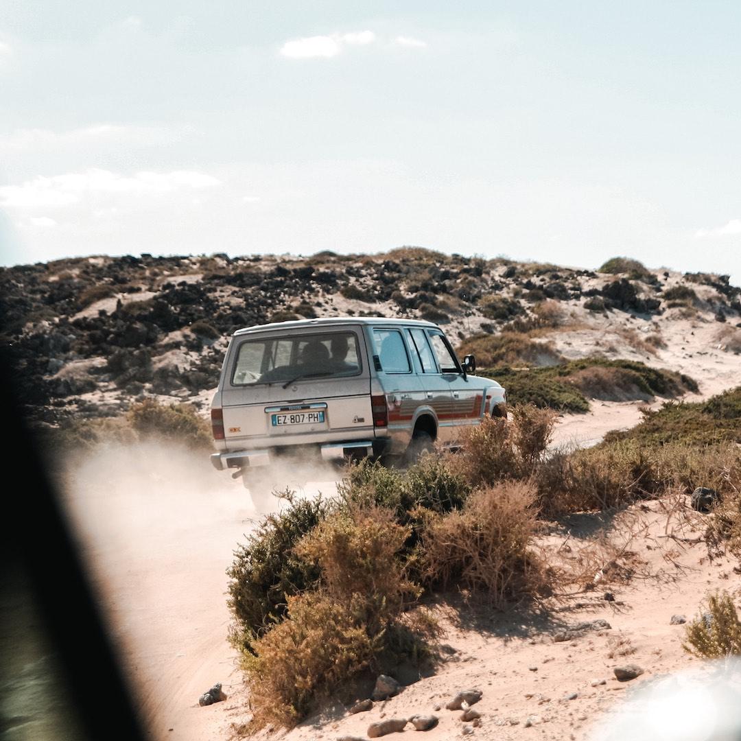 Viele von Fuerteventuras einsamen Buchten sind nur über unbefestigte Straßen zu erreichen. Für die Schotterpisten und Flussbetten lohnt sich ein Geländewagen. Allerdings ist die Anmietung eines Jeeps oft mit hohen Kosten verbunden.