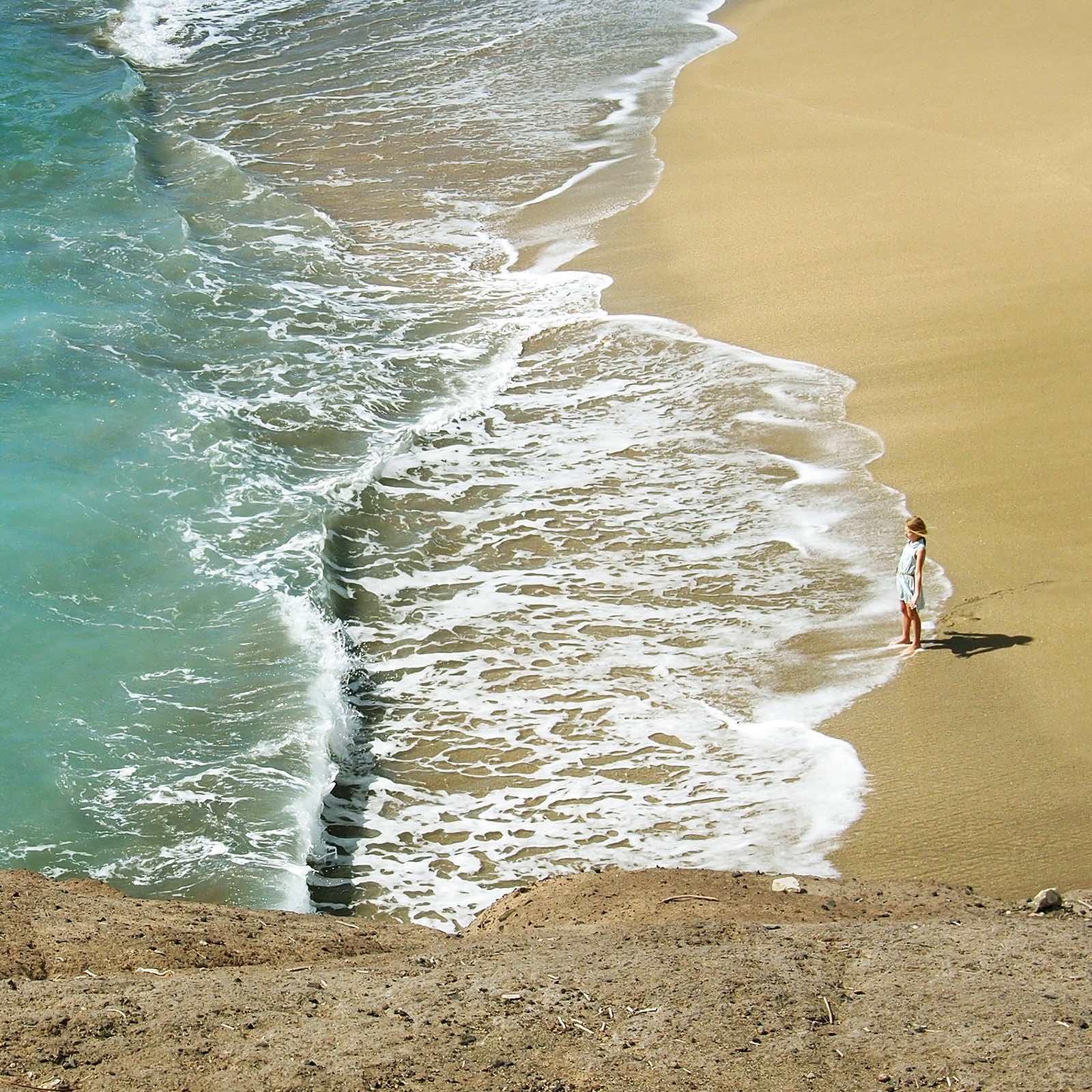 Teneriffa bietet Badeurlaubern tolle weiße Sandstrände und herrliche schwarze Strände mit Lavagestein. Zum Baden eigenen sich insbesondere Sandstrände, die vorgelagert große Wellenbrecher haben.