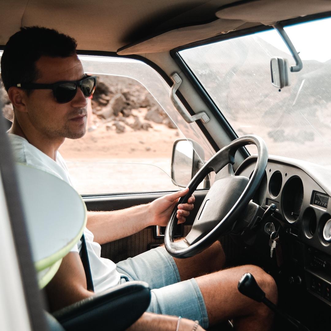 Auf Fuerteventura verbinden 19 gute und pünktliche Buslinien zuverlässig die wichtigsten Orte miteinander. Für die entlegenen Winkel brauchen Sie als Fuerteventura Urlauber allerdings einen Mietwagen.