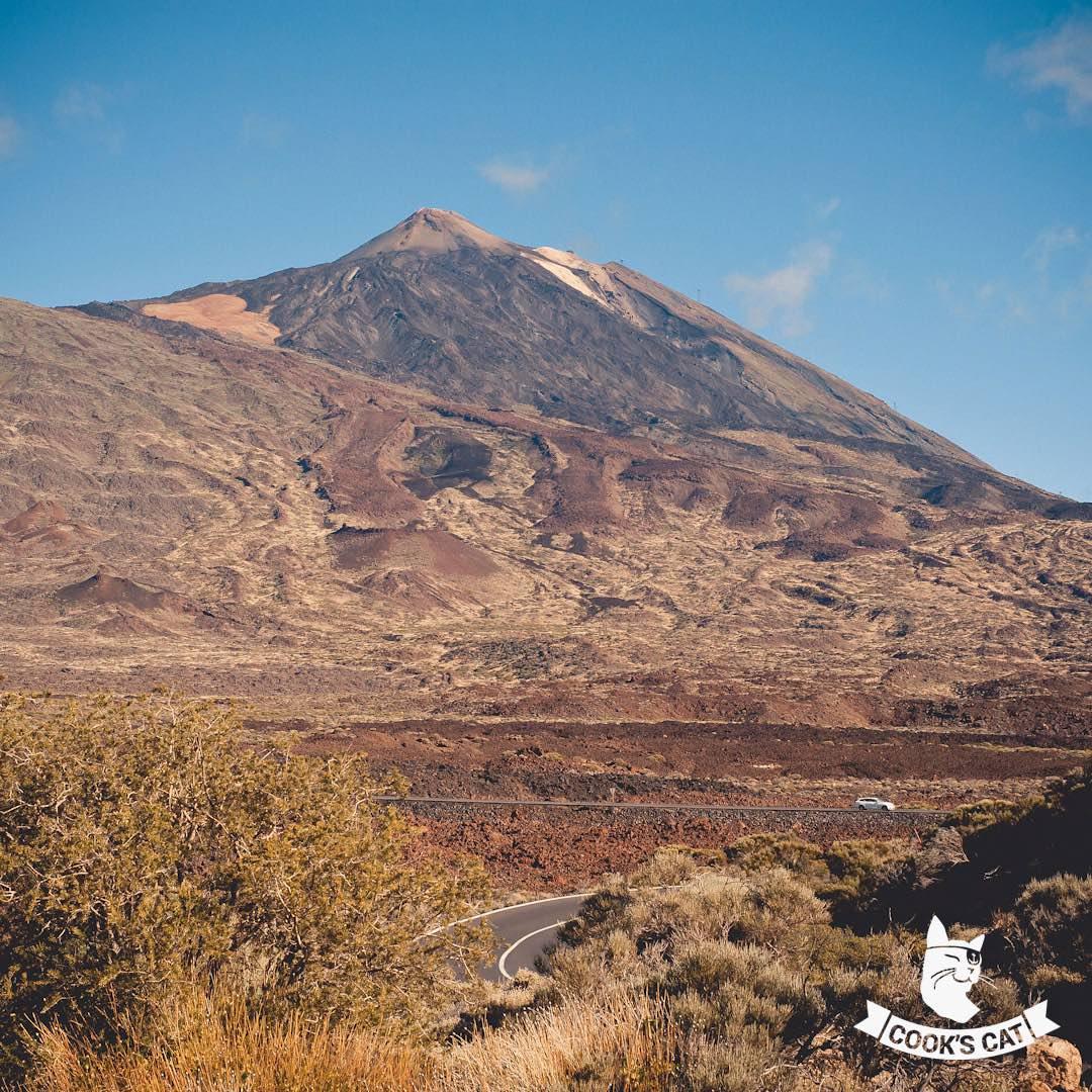 Teneriffa ist geprägt von vulkanischen Aktivitäten. Mit 3.718 m ist der Teide das sichtbarste Zeichen dafür und gleichzeitig die höchste Erhebung Spaniens und der dritthöchste Inselvulkan weltweit.