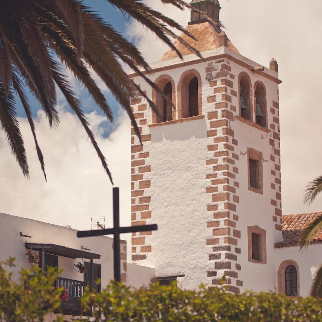 Fuerteventura ist durch und durch entspannt. Es gibt keine schillernde Metropole auf der Insel. Eine gewachsene Großstadt wie Las Palmas auf Gran Canaria mit knapp 400.000 Einwohnern suchen Sie vergebens.