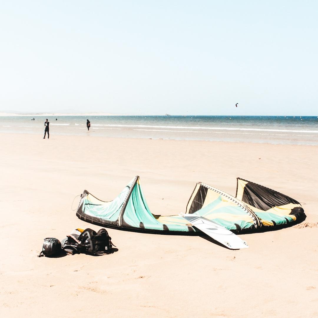 Fuerteventura ist der ideale Spot zum Kiten lernen. Die große Gezeitenlagune von Sotavento südlich von Costa Calma bietet ganzjährig hervorragende Bedingungen zum Kitesurfen und Kitesurfen lernen.