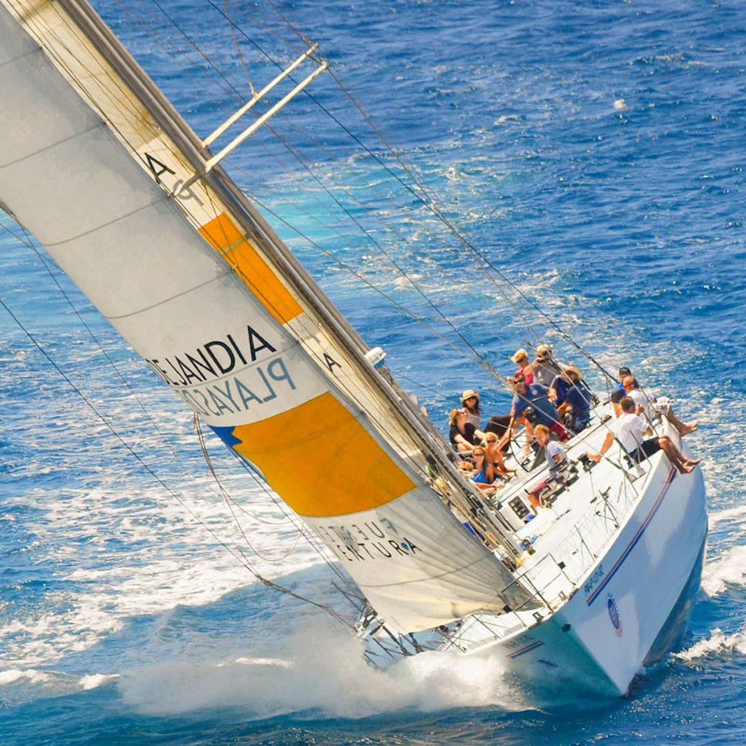 Fuerteventuras konstante Windbedingungen und milde Temperaturen locken ganzjährig zahlreiche Wassersportler an. Insbesondere die Südostküste ist bei Kite- und Windsurfer beliebt und ein Weltklasse Segelrevier.