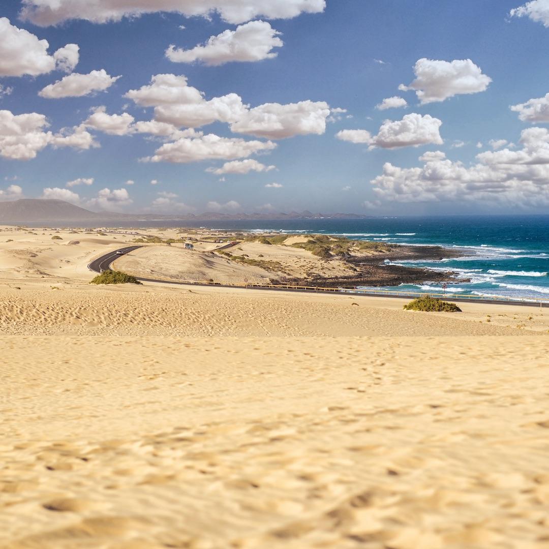 Der Touristenort Corralejo im Norden Fuerteventuras grenzt direkt an die großen Wanderdünen. Corralejo ist auch der Startpunkt für Tagesausflüge nach Lobos oder Lanzarote. Das macht Corralejo zu einem gefragten Urlaubsort. Erfahren Sie hier alles über Corralejo.
