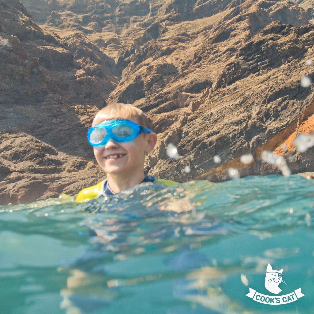 Teneriffa bietet tolle Sandstrände mit Wellenbrechern, schöne Ferienanlagen, Spielplätze und einen gigantischen Wasserpark.