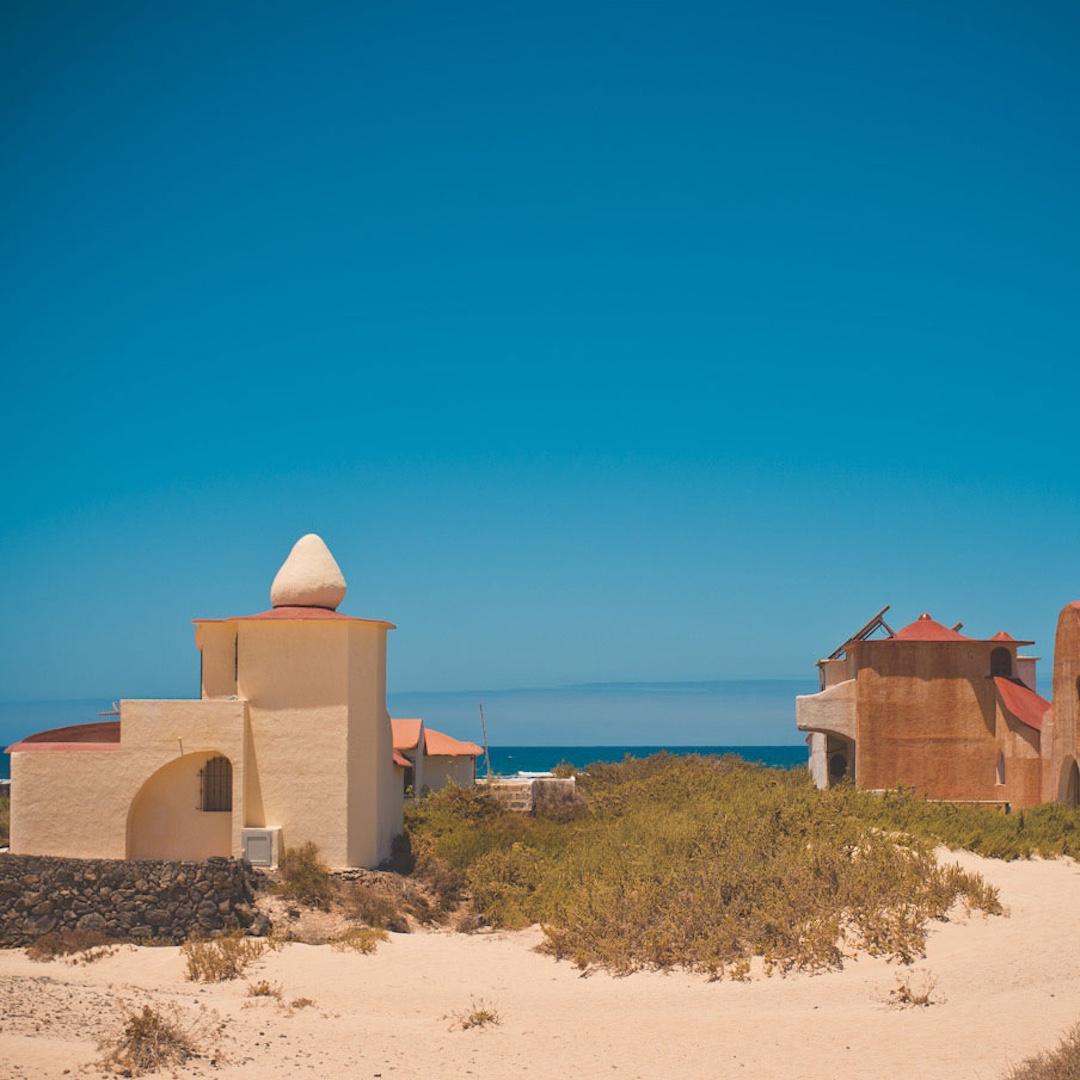 Das kleine Fischerdorf El Cotillo liegt ganz im Nordwesten der Insel. Besonders sehenswert ist der kleine Naturhafen von El Cotillo. Es ist sicherlich der charmanteste Hafen Fuerteventuras. Erfahren Sie hier alles zu El Cotillo auf Fuerteventura.