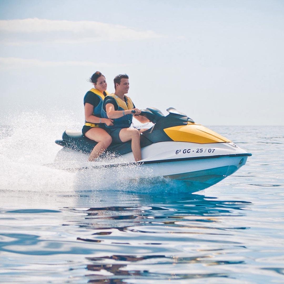 Jetskis haben jede Menge Kraftund eignen sich hervorragend, um zu den Delfinen der Südküste aufzubrechen. Mieten Sie sich einen Jetski oder nehmen Sie einfach an einer Tour mit einem Guide teil.